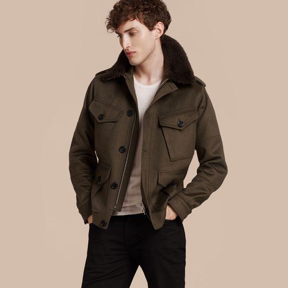 Esta elegante reinterpretación de la chaqueta campera tradicional de cuatro bolsillos se fabrica en Italia en cálido cachemir extrasuave. El diseño clásico con trabillas en los hombros está inspirado en las prendas de abrigo del archivo de Burberry.
