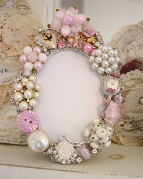 love this.....an old frame and some old or broken  jewellry.  This could be done by adults or kids alike.  Shells, buttons or other interesting bits can also be added