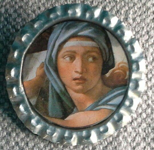 """Broche """"capsuline"""", création . Support capsule de bière argentée.  Image : Michel Ange La broche est recouverte de résine. Diamètre 34mm"""