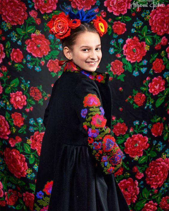 Série de fotos retrata as incríveis e tradicionais coroas de flores na Ucrânia