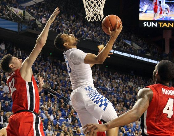 Kentucky guard Isaiah Briscoe goes up for a layup between Georgia's Mike Edwards and Charles Mann.