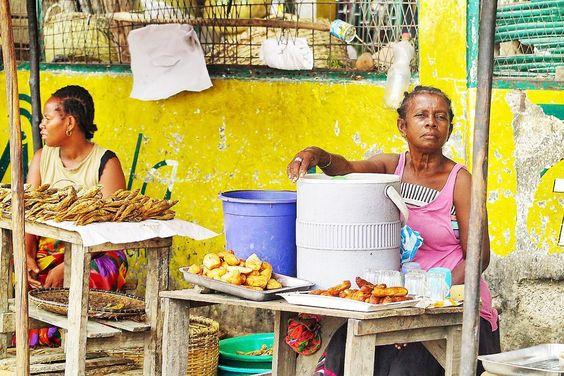 Una giornata di viaggio nel Nord del #Madagascar dove le condizioni nelle campagne sono lontanissime dal comfort ma per fortuna non mancano cibo acqua e sorrisi. Peccato per la strada: tempi eterni per arrivare da un posto all'altro e strade difficili anche con il fuoristrada. Peró che viaggio! #Madagascar #EdenViaggi @eden_viaggi #mcdinmadagascar by machedavvero