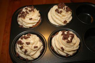 Witte chocolade cupcake besprenkeld met bruine chocoladekrullen