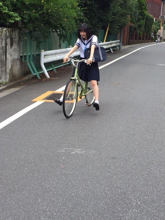 自転車に乗る平手友梨奈