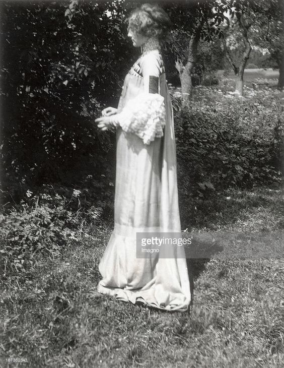 Emilie Floege in a reform dress - Summer Dress. Brauhof. Litzlberg. Lake Attersee. Photograph by Gustav Klimt. About 1906. (Photo by Imagno/Getty Images) Emilie Flöge in einem von Gustav Klimt entworfenen Sommer-Kleid (Hängekleid