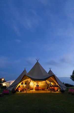 Hochzeit im festlichen Tipi-Zelt | Hochzeit unter freiem Himmel | individuelle Location | Empfohlen von Himmelreich Fotografie