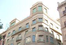 Edificio Zara en Portal de l'Àngel 32-34. Tratamiento de la cornisa de planta baja consistente en su decapado y posterior integración con veladuras