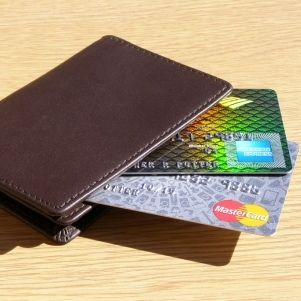 http://www.finanzasparamortales.es/que-diferencia-a-las-tarjetas-de-credito-y-a-las-de-debito/ ¿Qué diferencia a las tarjetas de crédito de las de débito?