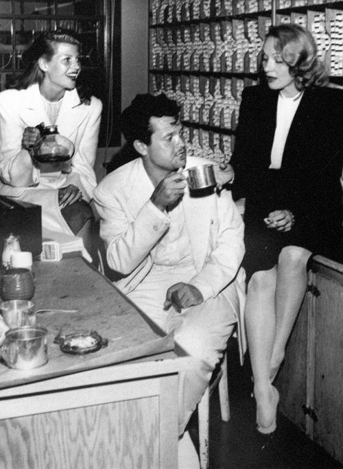 Rita Hayworth, Orson Welles y Marlene Dietrich en la cantina de Hollywood, C. principios de 1940