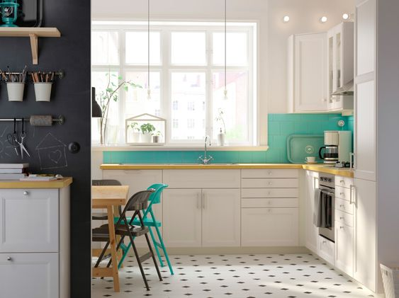Eine weiße Küche mit LAXARBY Fronten und LAXARBY Vitrinentüren in ...
