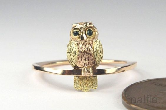 LOVELY ANTIQUE ENGLISH 2 COLOUR 9K GOLD EMERALD SET OWL RING c1900