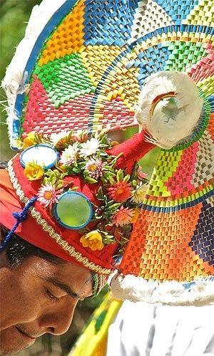 Com trajes coloridos e instrumentos musicais, mexicanos realizam dança indígena no parque ecológico Xcaret