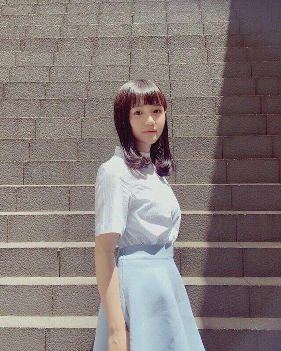階段の前にたたずむ尾崎由香さん