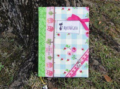 Agenda. Dimensões: 15cm largura x 21cm altura. www.aquihagata.com/pt/agenda-quadriculado-com-flores