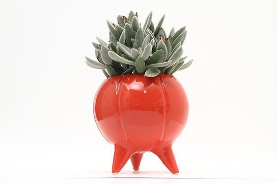 Maceta de ceramica esmaltada. Sus medidas son 18.5 x 19 cm. Esta disponible en amarillo, verde manzana, turquesa, rojo, azul cobalto, blanco, violeta oscuro.No incluye planta. Las medidas son aproximadas. NO incluye envio