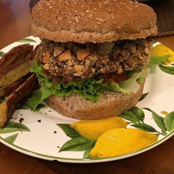 Esse hambúrguer de lentilha é MARAVILHOSO!!! Cheio de proteína e nutrientes. Nossa quero comer isso todos os dias! Tão fácil de fazer!! ✨ É vegano e pode ser sem glúten só depende do pão que usar! -------------------------------------------- 1 xícara de lentilha  Cebola  Alho  Cebolinha  Salsinha  3 tomates secos  2 colheres de Chia  Farinha de trigo sarraceno ou grão de bico ( ou qualquer