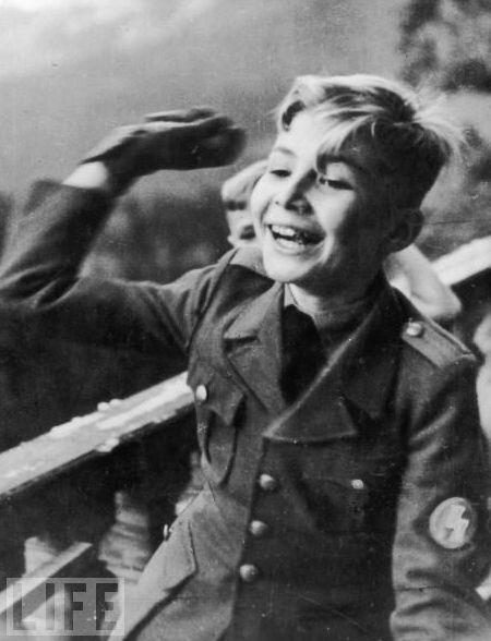 Martin Bormann, Jr. (1930 - presente). Visto en uniforme en 1939 Este es el hijo mayor de Martin Bormann, secretario privado de Hitler. Martin era un ahijado de Adolf Hitler. Ha pasado gran parte de su vida arrepintiéndose de acciones terribles de su padre, convirtiéndose en un sacerdote católico y servir como misionero en el Congo Belga. Él también se ha unido a grupos judíos a hacer una peregrinación a Auschwitz y viajó a Israel para cumplir con los sobrevivientes del Holocausto. 1
