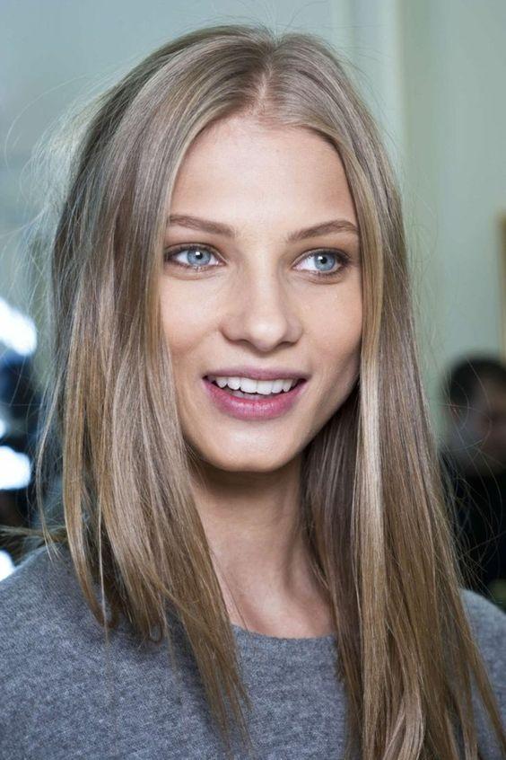 couleur de cheveux tendance, balayage, blonde fille aux yeux bleus