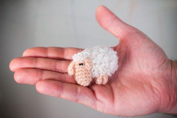https://flic.kr/p/9yRZ2Y | brooch sheep