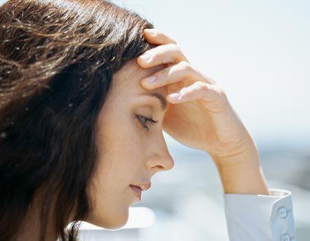 A insolação é causada pelo excesso de sol e calor e causa desidratação e dor de cabeça. Conheça os principais cuidados para evitar insolação.