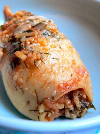 Cuisine grecque, calamar farci 1 poulpe d'1 kg - huile d'olive - eau - 2 oignons - 1 gousse d'ail - 1 piment haché - sel, poivre de Cayenne - 4 tomates pelées - 20 cl de vin blanc sec - cerfeuil - menthe - persil - riz