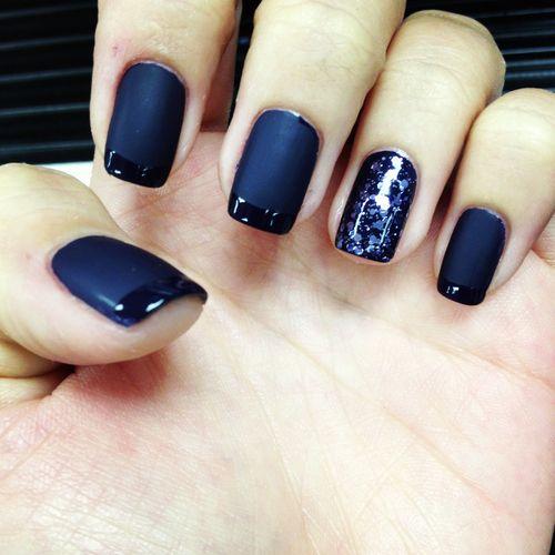 Nail art avec vernis effet mat et french avec vernis brillant en dégradé de bleu