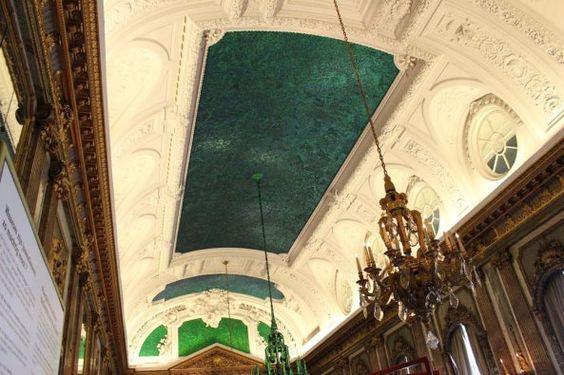 6.- Sala de los espejos en el Palacio Real, Bruselas, Bélgica. La parte verde del techo está hecha por 1.6 millones de insectos.