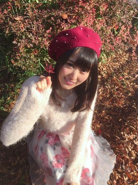 赤い帽子を被る菅井友香