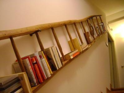 è possibile utilizzare in modo alternativo una scaletta, sia a libretto che a pioli, per realizzare librerie, portasciugamani, portavasi, o reggi-pentole