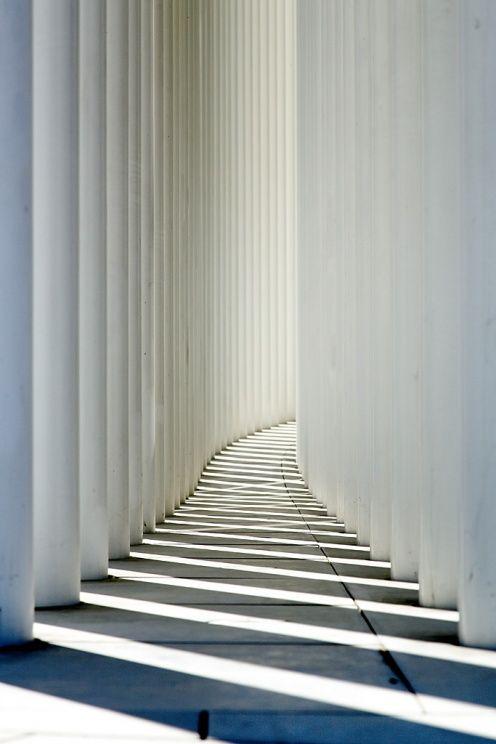 La Philharmonie, ses colonnes et ses ombres... - Place de l'Europe, Kirchberg, Grand Duché de Luxembourg