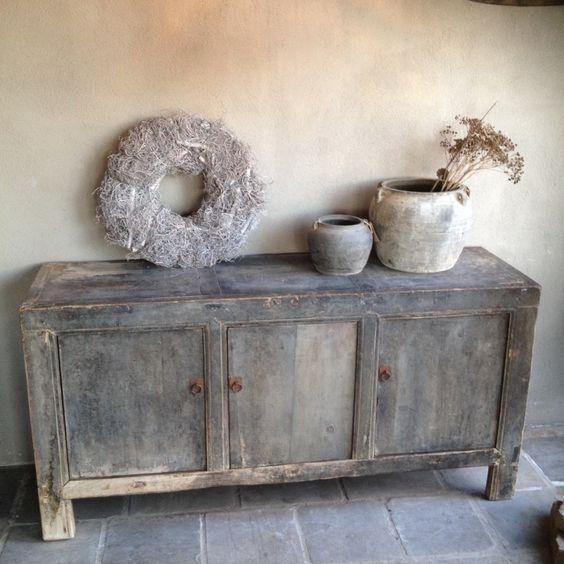 Stoere vergrijsde kast dressoir for Landelijke stijl interieur