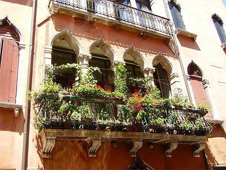 Balcon jardin d'un palais rose