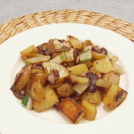 Recette: Poêlé spéciale fin de mois. Bio, Organic, Zero waste, zéro déchet. Pommes de terre, blette, champignons de paris, pied de brocoli.