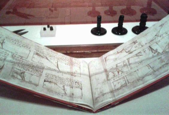 Manuscrito de sastrería. Detrás, a la derecha, tres planchas de vidrio por presión en frío. Ambos objetos datan del siglo XVII, y pertenecen a la Colección del Museo de Santa Cruz, Toledo