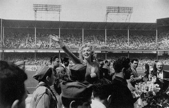 Marilyn Monroe en el  estadio Ebbets Field de Brooklin en New York el 12 de mayo de 1957