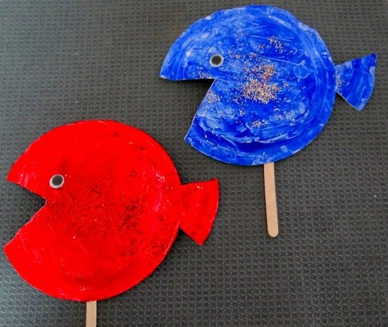 Red fish blue fish dr seuss themed paper plate craft for for Fish crafts for preschoolers