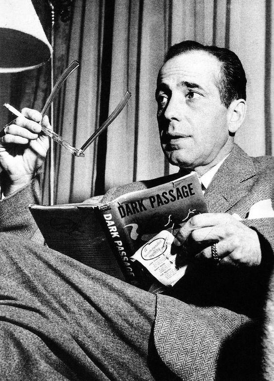 """Humphrey Bogart repasando el libro en el que estaba basada su película """"Senda Tenebrosa"""" (Dark Passage), 1947"""