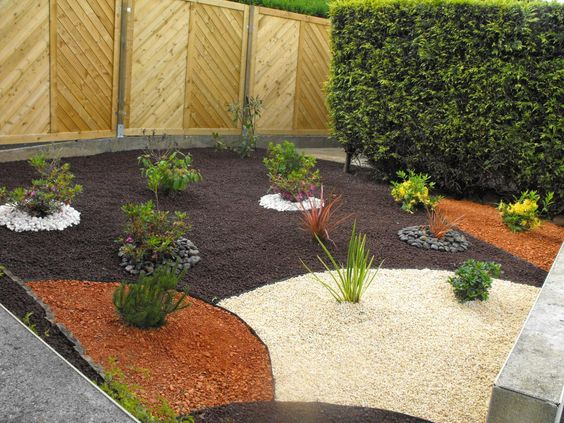 Creation massif arbustif avec paillage pouzzolane for Creation jardin exterieur