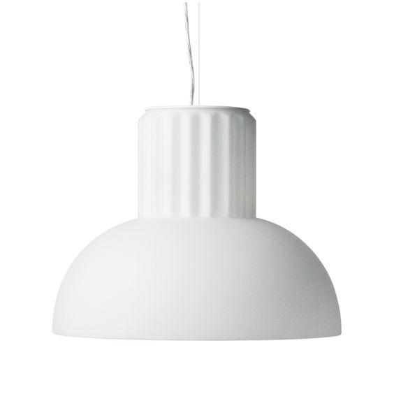 Suspension de petit format dans la collection The Standard, composée d'une rosace de plafond de forme ronde en plastique blanc, d'un cordon d'alimentation blanc en PVC et d'un câble d'élingue suppo...