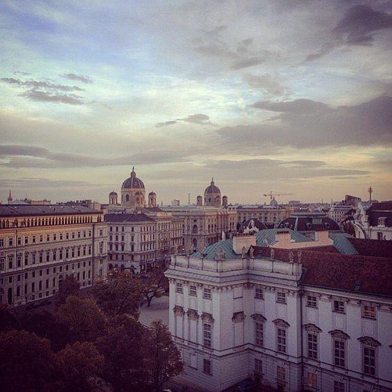 Guten Morgen ☀️ Ich hab' im Blog über die schönsten Dachterrassen-Bars Wiens geschrieben, wer also diesen Ausblick genießen möchte, sollte mal reinschauen - 1000things.at/blog ❤️ #1000thingsinvienna #igersaustria #igersvienna #austrianblogger #viennablogger #25hourshotel #25hours #wien #vienna #rooftopbars #welovevienna