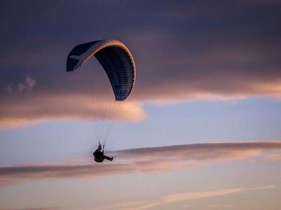@Jane Stuttle Kline Outdoor @GarminUK #WinAVIRB my husband Andrew paragliding on the long mynd. pic.twitter.com/5Mlps21hL6