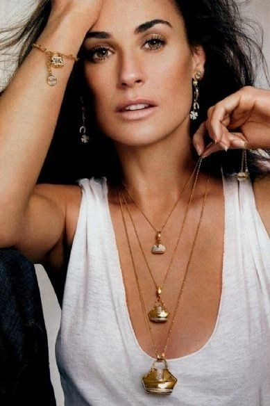 Demi Moore - love the necklace...