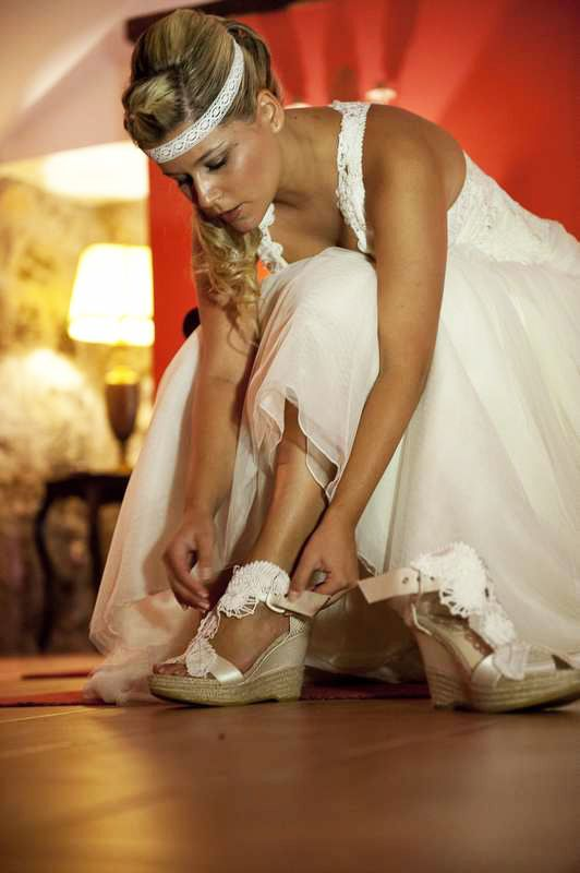 Laura, una novia YolanCris en una boda de cuento de hadas. Vestido de novia estilo hippie-chic y zapatos de novia YC #boda #cuento #sposa