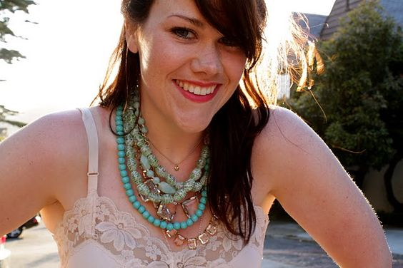 Again with the necklaces! Oh, ahhh...http://theglitterguide.com/2012/01/26/how-to-layer-necklaces/