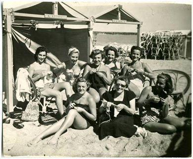 Женщины вяжут на пляже | Knitting on the beach.