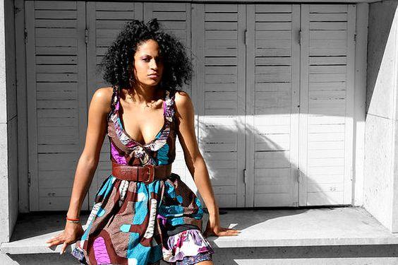 Robe d'été colorée, avec ceinture de chez JuneShop. #ModeFemme #Dress