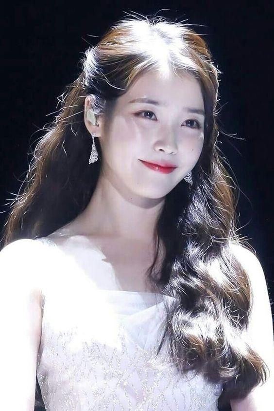 IU純白のドレスがかわいい歌手の顔