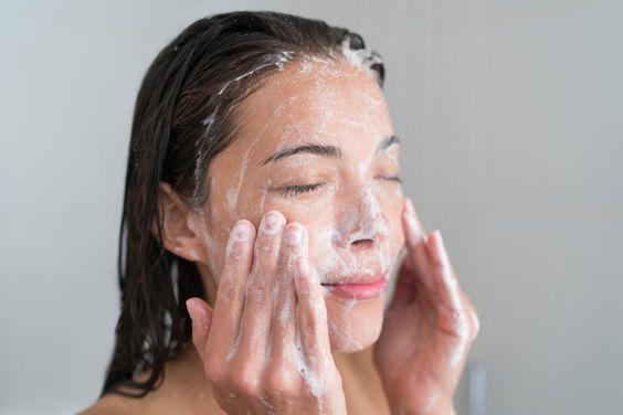 Si le preguntas a cualquier dermatólogo o especialista en el cuidado de la piel, te dirá que el primer paso que tienes que dar hacia una piel brillante y saludable es ser responsable de tu rutina de limpieza diaria. Y si bien siempre removemos el maquillaje al final del día (bueno, casi siempre), muchas veces olvida