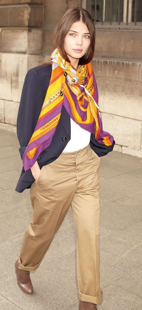 """Wie hip und vielseitig seine traditionellen Seidentücher sind , zeigt das Kult-Label Hermès mit dem Styling-Poster """"Petit Journal de la Soie"""""""