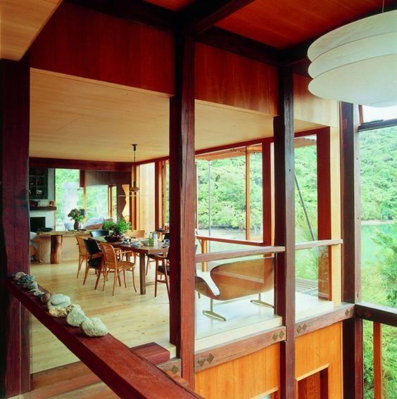 Esszimmer Holz Stühle Laminatboden Glas Wand moderne Architektur